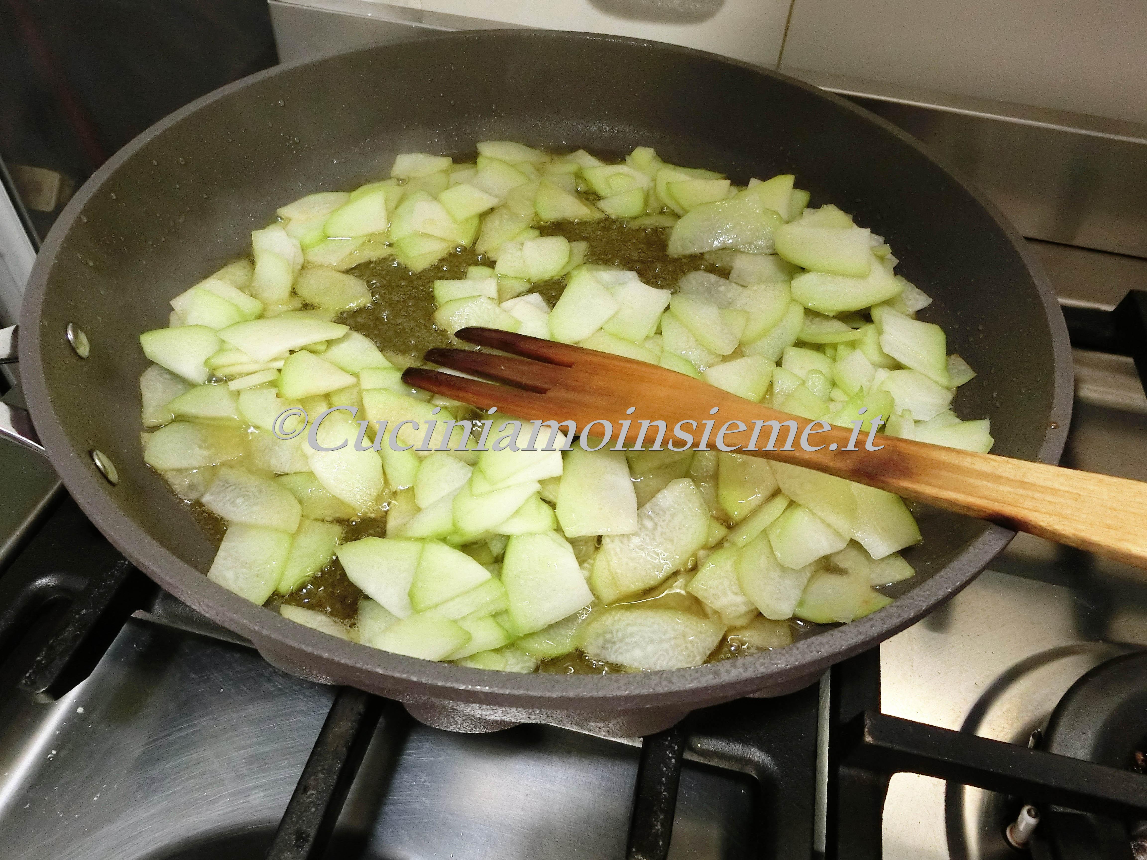 Ricetta Zucchine Spinose In Padella.Pasta Zucchine Spinose Guanciale E Crema Di Stracchino